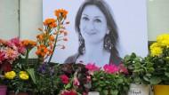 Kerzen und Blumen stehen 2018 im Gedenken vor einem Foto der ermordeten maltesischen Journalistin Daphne Caruana Galizia vor dem Justizpalast.