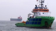 """Der Hochseeschlepper """"Fairmount Summit"""" zieht die """"Glory Amsterdam"""" gemeinsam mit einem zweiten Schlepper von der Sandbank vor Langeoog."""
