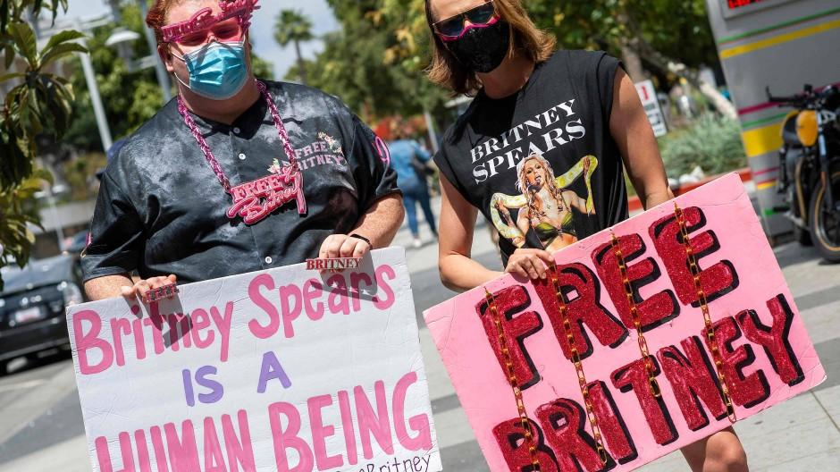 Britney-Unterstützer mit Protestplakaten am 27. April 2021 in Los Angeles