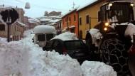 Schneemassen auf den Straßen behindern in L'Aquila (Italien) den Verkehr: Die Wetterbedingungen erschweren nach dem Erdbeben die Arbeit der Retter.