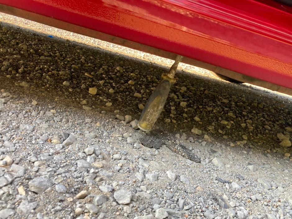 Kann ja mal passieren: Schraubenzieher steckt im Unterboden