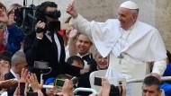 Papst spendiert Obdachlosen Besuch im Waschsalon