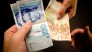 Laut einer Postbank-Studie mögen viele Deutsche von der alten Währung D-Mark noch nicht ganz ablassen.
