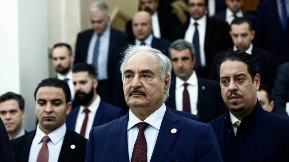 Chalifa Haftar nach einem Treffen mit dem griechischen Außenminister Nikos Dendias in Athen am 17. Januar 2020.