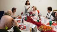 Aufmunternd: Sieben Frauen lernen im Klinikum Hanau, wie sie sich während der Krebsbehandlung pflegen und schminken können.