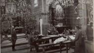 Das Gotteshaus als Ort der Kriegsverwaltung: Feldkanzlei der k.u.k. Armee in einer russischen Kirche in Ostgalizien, aufgenommen 1916.