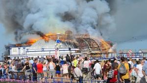 144 Jahre alte Seebrücke steht in Flammen