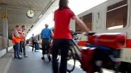Vor allem Direktzüge im Fernverkehr sind während der Sommermonate schnell ausgebucht. Urlauber müssen darum lange im voraus planen.