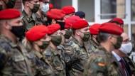 """""""Das Sterben beenden"""": Soldaten vor dem Einsatz im Gesundheitsamt in Dortmund – künftig sollen sie auch in Pflegeheimen zeitlich befristet helfen."""