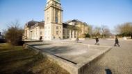 Leere: Der Betonbrunnen auf dem Karolinenplatz in Darmstadt hat schon lange kein Wasser mehr gesehen.