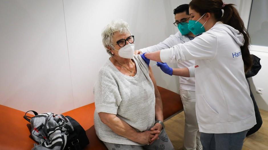 Eine 83-Jährige erhält im Impfzentrum in den Hamburger Messehallen ihre zweite Corona-Impfung.