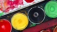 """Gefährlicher Malkasten? Titandioxid ist chemischer Bestandteil von Kosmetika, Farben – und sogar Nahrungsmitteln oder Medikamenten. Die EU-Kommission könnte es nun als """"vermutlich krebserregend""""  einstufen."""