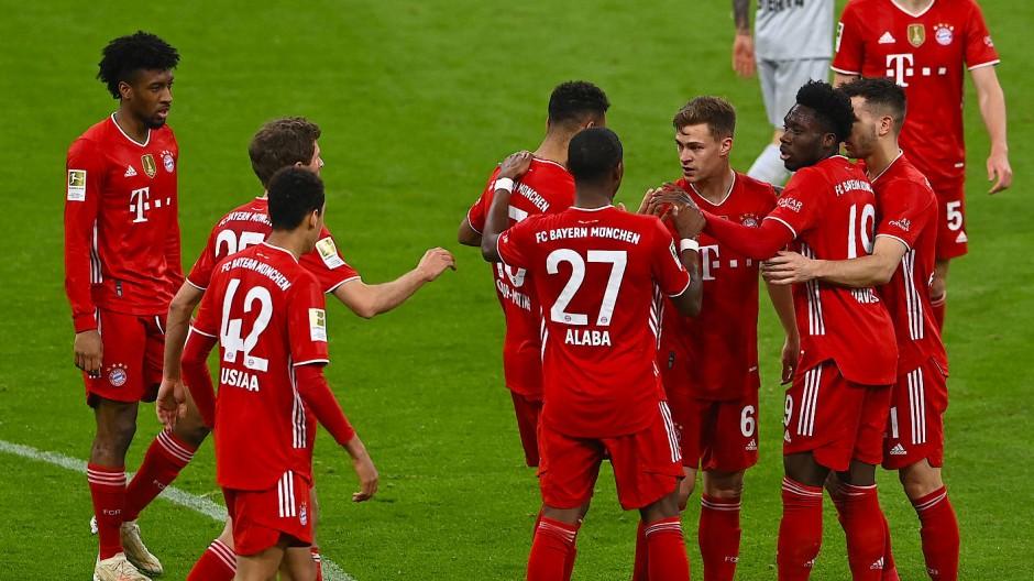 Die Bayern-Spieler freuen sich über das 2:0