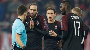 Milans Stürmer Gonzalo Higuain (2. von links) diskutiert während der Partie bei Olympiakos Piräus mit Schiedsrichter Benoit Bastien