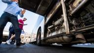Saubermänner: Ein Mitarbeiter der Verkehrsgesellschaft zeigt das zusätzliche Abgasnachbehandlungssystem eines Mainzer Busses.