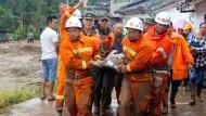 Rettungsdienste tragen Verletzte aus den Trümmern. Die Gesamtzahl der Verletzten und Toten ist noch ungewiss.