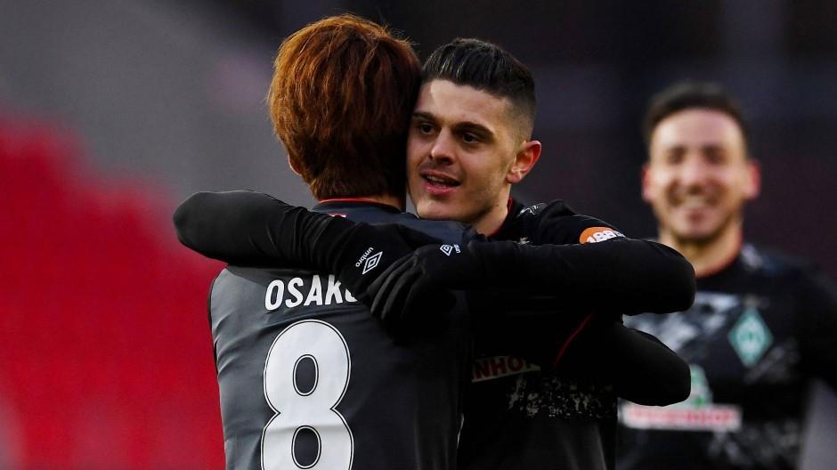Umarmung für den Torschützen: Werders Milot Rashica herzt Yuya Osako.