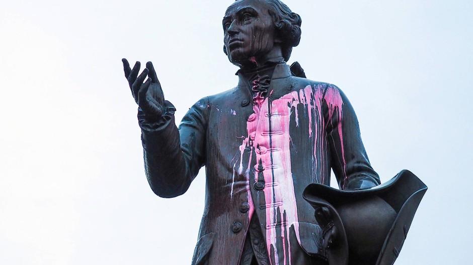 Mit Farbbeuteln verunziert: Die Statue des Aufklärungsphilosophen Immanuel Kant im früheren Königsberg, heute Kaliningrad