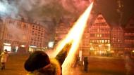 Auf dem Römerberg in der Frankfurter Innenstadt musste die Polizei an Silvester eingreifen, Raketen wurden aus der Hand abgeschossen.