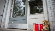 Kerzen und Teddybären in Hamburg-Neuwiedenthal vor dem Mehrfamilienhaus
