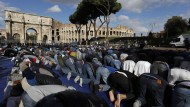 Muslime beten vor dem Kolosseum für ihre Moscheen