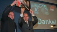 Verbunden: Harald Fiedler (links) und Frankfurts Oberbürgermeister Peter Feldmann bei der Verabschiedung des Frankfurter DGB-Chefs.