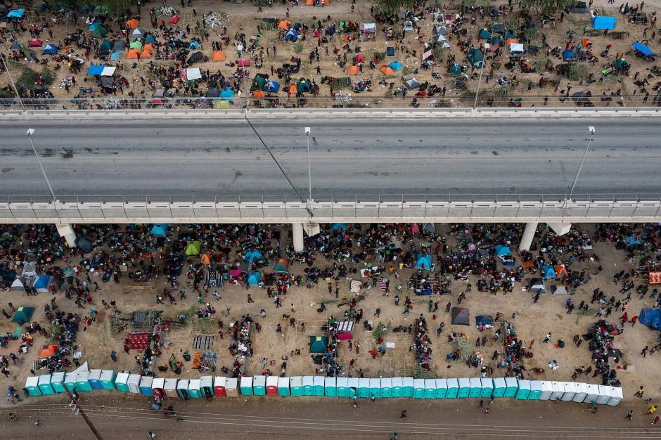 Tausende Menschen suchen unter einer Brücke bei Del Rio Schutz.