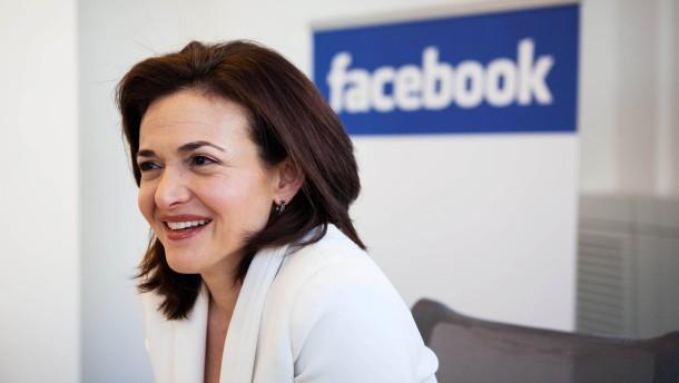 Sheryl Sandberg - die leitende Managerin des sozialen Netzwerks Facebook stellt sich in Hamburg den Fragen von Roland Lindner und Martin Gropp.
