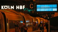 Ein Aufenthaltszug der Bahn steht für gestrandete Bahnreisende im Hauptbahnhof. Mit Orkanböen bis Windstärke 12 hat das Sturmtief «Eberhard» am Sonntag den Bahnverkehr in Teilen Deutschlands zum Erliegen gebracht.