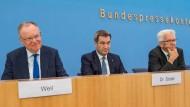 Die drei von der Druckbetankungsstelle: Stephan Weil, Markus Söder und Winfried Kretschmann in Berlin