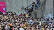 Unter den Menschen, die auf dem Weg zum Gelände waren, entstand vor einer zu schmalen Brückenunterführung eine Panik.