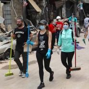 Besen statt Drinks: In der Ausgehstraße Gouraud Street packen junge Menschen bei den Aufräumarbeiten an.