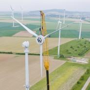Eine Windkraftanlage in der Nähe von Hannover wird gewartet.