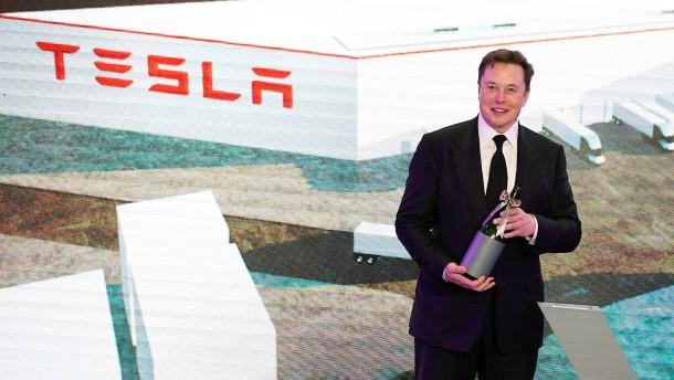 Tesla kürzt Gehälter und beurlaubt Angestellte