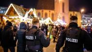 Sonderschichten: Zwei schwerbewaffnete Polizisten der BFE (Beweissicherungs- und Festnahmeeinheit) am Dienstag auf dem Frankfurter Weihnachtsmarkt