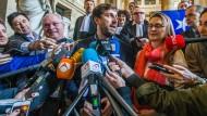 Drei frühere Mitglieder der katalanischen Regionalregierung sind von dem Urteil betroffen: der ehemalige Kulturminister Lluís Puig i Gordi, der Ex-Gesundheitsminister Toni Comín und die frühere Agrarministerin Meritxell Serret.