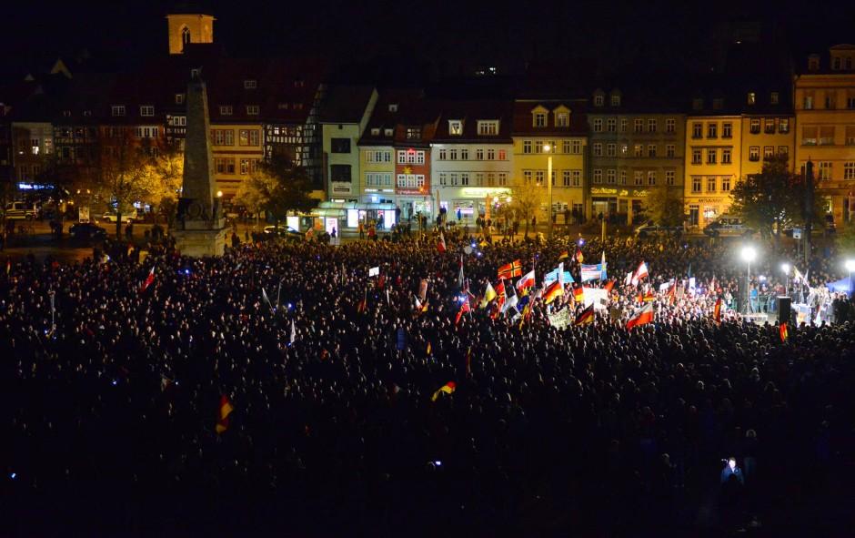 Im Dunkeln: AfD-Demonstranten protestieren vor dem Erfurter Dom, nachdem ihn die Kirchenoberen verdunkelt haben.