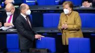Scholz und Merkel im Bundestag