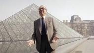 I. M. Pei im Jahr 1989 vor der Louvre-Glaspyramide, kurz vor ihrer Eröffnung