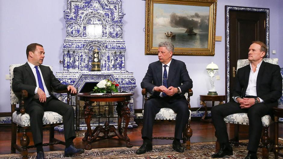 Audienz bei Medwedjew: Die ukrainischen Oppositionspolitiker Jurij Bojko (Mitte) und Viktor Medwedtschuk (rechts)