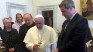 Bayerns Ministerpräsident Markus Söder (CSU) im Apostolischen Palast bei einer Privataudienz bei Papst Franziskus