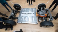 Die Plattform eines VW-Elektrofahrzeugs mit Batterie auf einem Messestand in Hannover