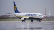Eine Boeing 737-800 von Ryanair rollt in Hamburg zum Terminal.