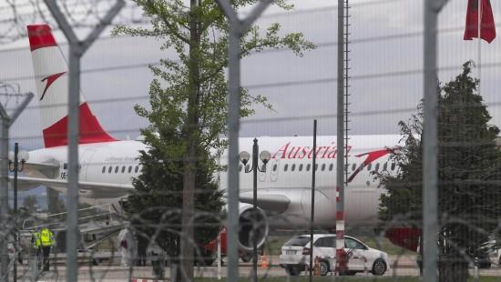 Räuber überfallen startendes Flugzeug
