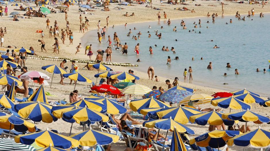 Bald könnten wieder mehr Kinder an spanischen Stränden, wie hier in Gran Canaria, toben.