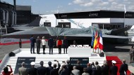 Ein Modell des künftigen europäischen Kampfjets wird in Le Bourget enthüllt.