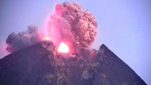 Vulkan Merapi in Indonesien spuckt Lava
