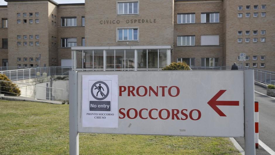 Ein Schild vor der Notaufnahme des italienischen Krankenhauses in Codogno weist darauf hin, dass der Zugang verboten ist.