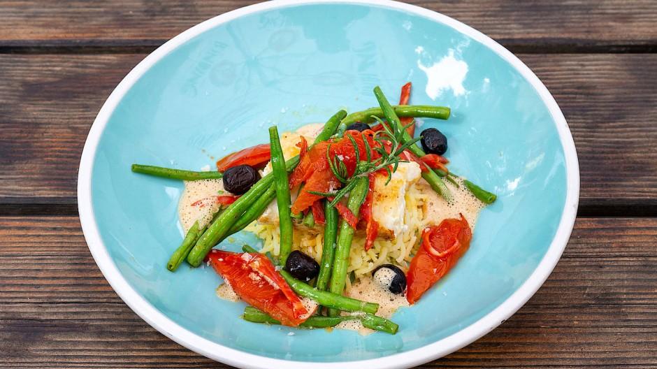 Lässige Qualitätsküche, Beispiel eines Tagesangebots: Steinbeißer auf Kartoffel- Olivenstampf mit Bohnen und Chorizo.