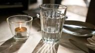 Ein Glas Wasser am Abend: Das Gehirn weiß, wann der Körper trinken soll.